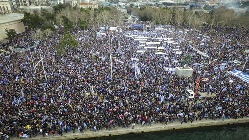 Nationalistische Kundgebung mit ungefähr 50.000 TeilnehmerInnen am Weißen Turm im Hafen von Thessaloniki, Griechenland.
